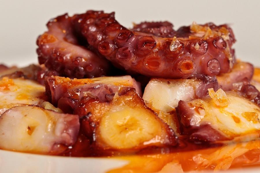 Pulpo a la parrilla con puré de patata y aceite de pimentón